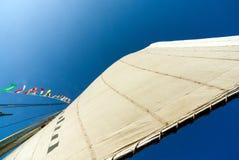看法小船的被松开的风帆从下面叫felucca,特点尼罗河 免版税库存图片