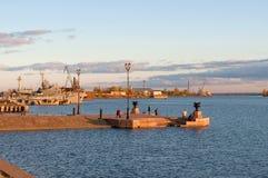 看法彼得的小游艇船坞在10月微明下 Kronstadt 免版税库存图片