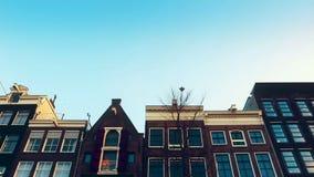 看法慢动作录影从运河的到街道、运河有老flamish房子的和桥梁在阿姆斯特丹 股票录像