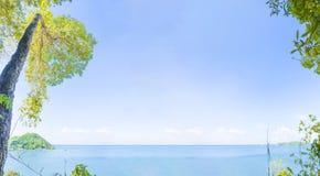 看法海和天空在镇静天 免版税库存图片