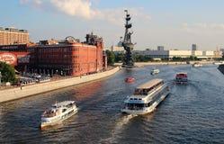 看法漂浮沿莫斯科河运送以工厂`红色10月`为背景 库存图片