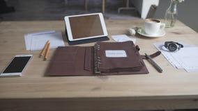 看法的美好的关闭在企业有片剂手机咖啡杯手表皮革笔记本的工作区域桌面上 股票视频