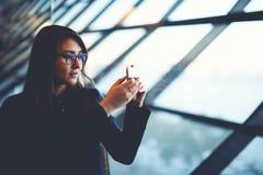 看法的美好的年轻女实业家图片从窗口的 库存照片