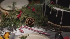 看法的顶面全景关闭在为新年Noel欢乐大气庆祝装饰的完善的圣诞晚餐桌上 股票录像