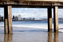 看法码头构筑的德班的金黄英里海滩前 库存图片