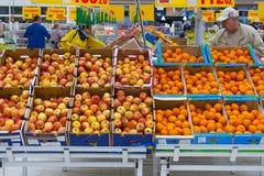 看法纸盒箱子行用苹果和桔子在超级市场社论 免版税库存照片