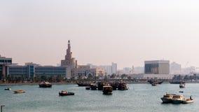 看法螺旋清真寺(Fanar)从海滩 免版税库存照片