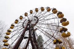 看法被放弃的轮子在pripyat城市鬼魂-镇的在排除radioactiv区域切尔诺贝利乌克兰 核肮脏的地方 库存图片
