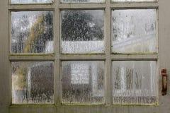 看法通过一个有薄雾的窗口 库存照片