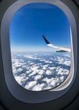 看法通过一次客机飞行的窗口在beauti上的 免版税库存照片