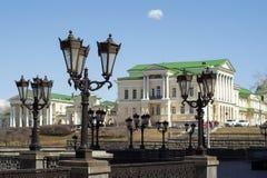 看法通过与减速火箭的灯笼的一个画廊在一个历史建筑在叶卡捷琳堡,俄罗斯 库存照片