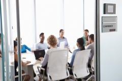 看法通过会议室的门业务会议的 免版税库存照片