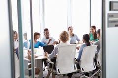 看法通过会议室的门业务会议的 库存照片
