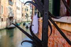 看法通过在一条威尼斯式运河的酒吧从桥梁 夏天 图库摄影