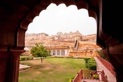 看法通过在堡垒琥珀的被雕刻的曲拱在斋浦尔市 免版税库存照片