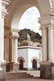 看法通过在大教堂的一个小教堂的上拱道我们 免版税图库摄影