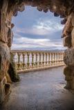 看法通过在美妙的日落天空背景的石岩石曲拱与在monte igueldo,圣・萨巴斯蒂安,西班牙的拷贝空间 免版税图库摄影