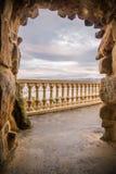 看法通过在美妙的日落天空背景的石岩石曲拱与在monte igueldo,圣・萨巴斯蒂安,西班牙的拷贝空间 免版税库存照片