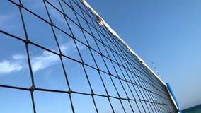 看法通过在都市风景、海和天空蔚蓝的排球网 影视素材