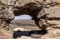 看法通过在Hilbre海岛的自然曲拱 库存照片