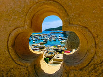 看法通过堡垒和小游艇船坞在老镇 免版税库存图片