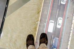 看法通过塔桥梁玻璃地板,伦敦 免版税库存图片