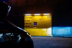 看法通过对亚马逊衣物柜交付tecnology poin的停放的汽车 库存照片