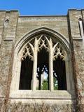 看法通过对康奈尔校园的修道院窗口 库存图片