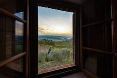 看法通过对日出的一个窗口在有雾的小山在托斯卡纳 免版税库存照片