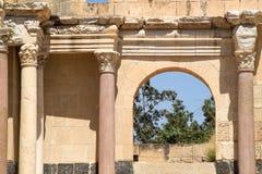 看法通过对贝特谢安废墟的被更新的被成拱形的门道入口  免版税库存图片