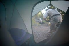 看法通过帐篷的开放挡水板 图库摄影