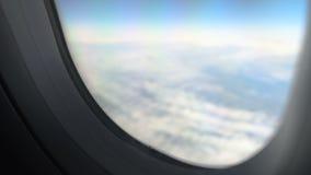 看法通过平面飞行窗口在云彩上的在平安的天空,空运 股票视频
