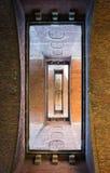 看法通过有开放门道入口的砖门户 免版税库存照片