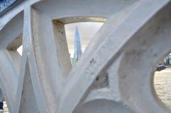 看法通过桥梁栏杆 免版税库存照片