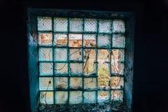 看法通过残破的大块玻璃窗口 库存图片