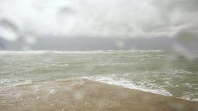 看法通过湿玻璃向风雨如磐的海 影视素材