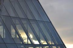 看法通过玻璃屋顶 城市多色日落 免版税库存照片