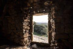 看法通过穴居人房子的门Ostriconi的在可西嘉岛 库存图片