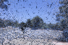 看法通过被打碎的车窗 免版税库存图片