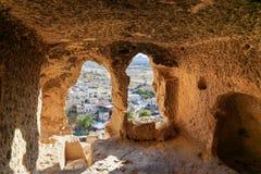 看法通过被雕刻的洞窗口 圣约翰教会浸礼会教友在Cavusin cappadocia 火鸡 图库摄影