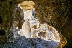 看法通过被雕刻的洞窗口 圣约翰教会浸礼会教友在Cavusin cappadocia 火鸡 免版税库存图片