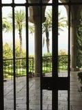 看法通过铁门在至福教会的庭院里  免版税库存照片