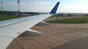 看法通过飞机的反光板在机场 飞机展开在机场视图,通过 影视素材