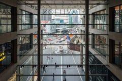 看法通过购物中心的窗口 免版税图库摄影