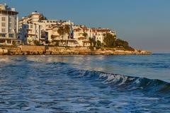 看法,如果地中海的旅馆与波浪 免版税库存图片