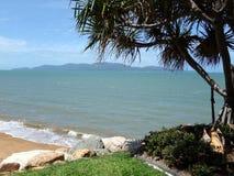 看法,如果热带的磁岛从在大陆的一个海滩 图库摄影