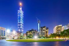 看法从一条连续轨道的台北101在晚上 免版税库存图片