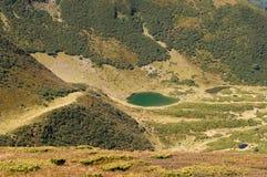 看法从上面喀尔巴阡山脉的湖Vorozheska 免版税库存图片