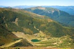 看法从上面喀尔巴阡山脉的湖Vorozheska 图库摄影