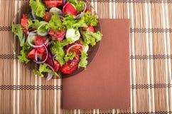 看法从上面在一块板材用未加工的蕃茄新鲜的沙拉  免版税库存照片